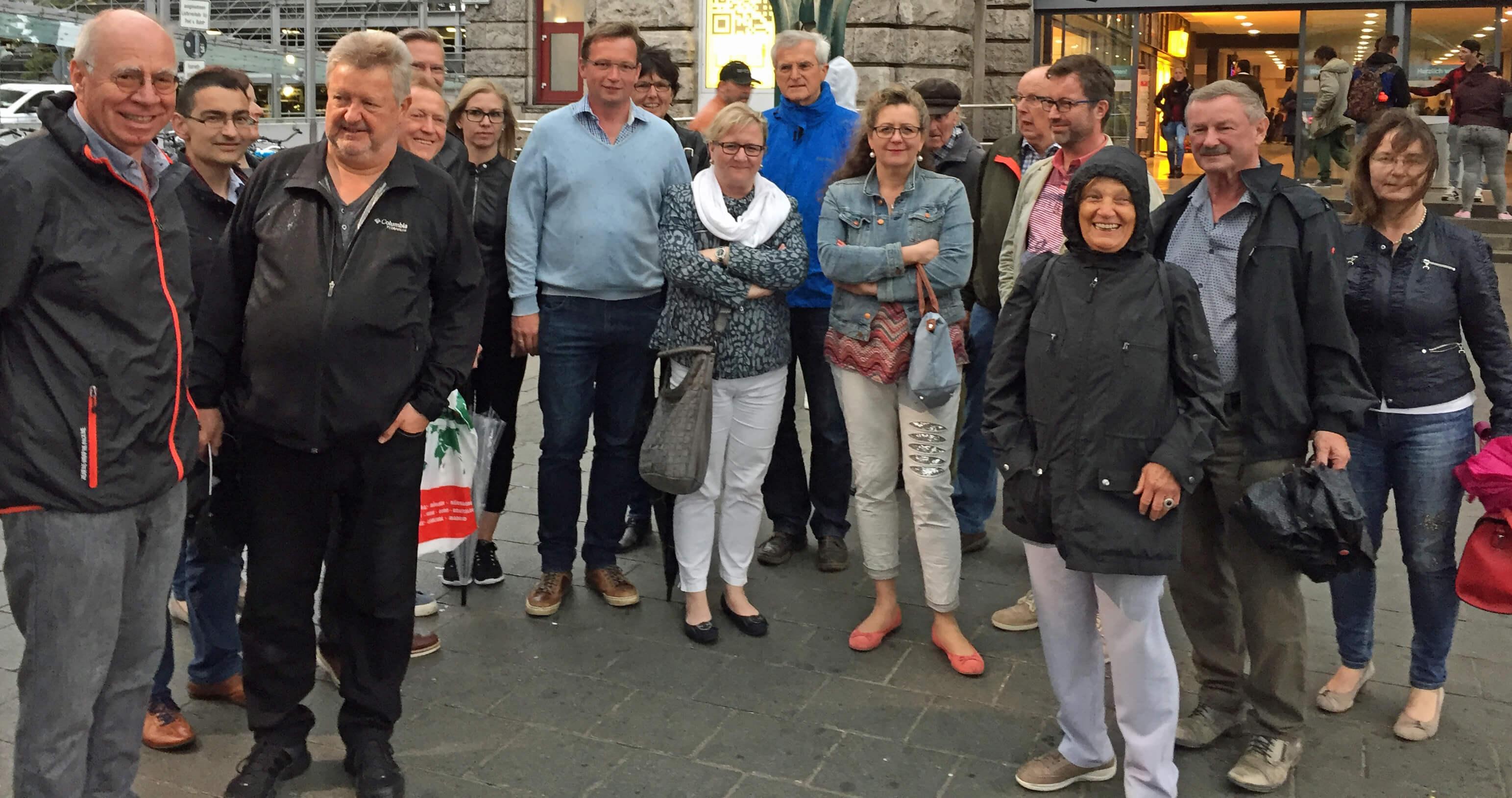Das Foto zeigt Walter Grzesiek (ganz links), Vorsitzender des Vereins Straßenkreuzer, die beiden Ortsvorsitzenden Peter Uschalt und Götz Reichel und die weiteren Teilnehmer der Führung.