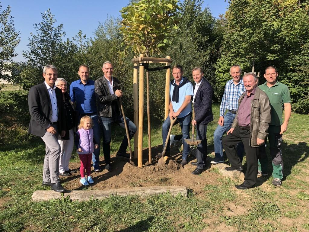 Das Foto zeigt die Vertreter der CSU und Frauen Union mit Erstem Bürgermeister Robert Ilg (ganz links), Ortsvorsitzendem Götz Reichel (links neben dem Baum), Zweitem Bürgermeister Peter Uschalt und Landtagsabgeordnetem Norbert Dünkel (rechts neben dem Baum).