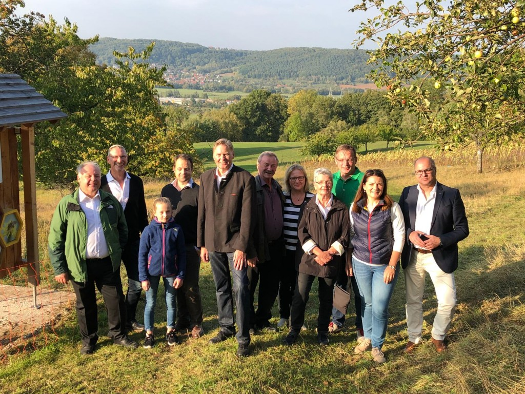 Das Foto zeigt einen Teil der Teilnehmer mit Thomas Reichel (ganz links), Vorsitzender des Imkervereins Hersbruck