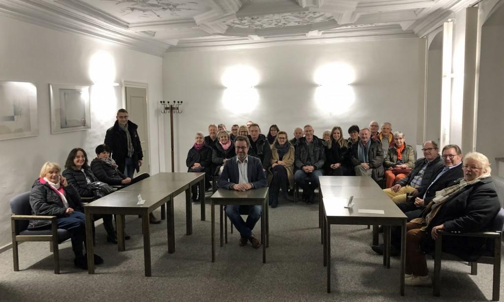 """Das Foto zeigt die Teilnehmer im Verhandlungssaal mit Stellvertretendem Direktor Stefan Sauer in der Mitte """"im Zeugenstand"""" und den Ortsvorsitzenden Peter Uschalt und Götz Reichel dahinter in der Mitte."""